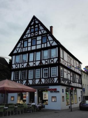 Altes Fachwerkhaus in der Einkaufsstraße