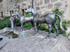 Pferdeskulptur am Marstall gegenüber dem Schloss