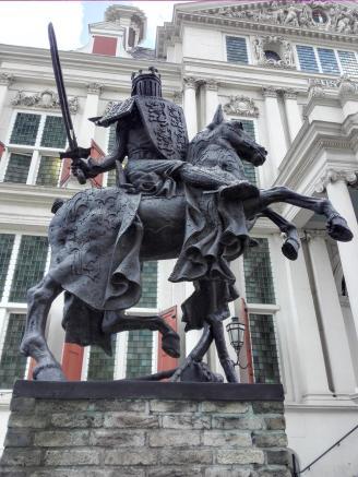 Ritterskulptur vor dem Museum