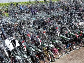 """Fahrradparken in """"zweiter Reihe"""" an der zentralen U-Bahn-Station"""