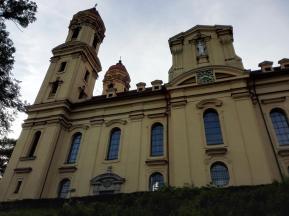 Blick von der Lindenallee hinauf zur Kirche