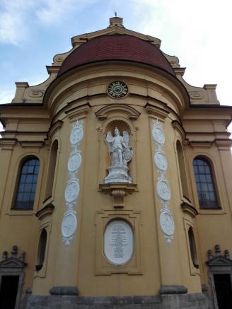 Hauptportal der Kirche