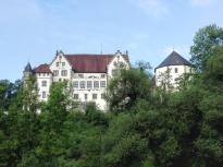Blick von de Jagst hinauf zum Alten Schloss von Jagsthausen