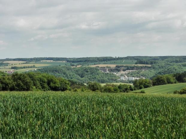 In der Ferne ist noch einmal der Steinbruch Berlichingen und das Kloster Schöntal zu sehen