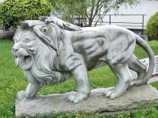 Löwenskulptur in einem Vorgarten in Widdern