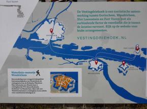 Infotafel am Hafen. Oben links Gorinchem, unten rechts Woudrichem
