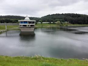 Blick über den See zum Wohnmobilstellplatz