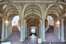 Der doppeltgewandelte Treppenhaus im Hauptflügel (Foto: Hubert Berberich | http://commons.wikimedia.org | Lizenz: CC BY-SA 3.0 DE)