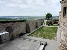 Blick über den Burggraben ins Tal