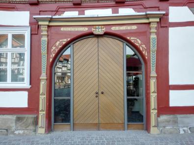 Prächtiges Portal am Marktplatz