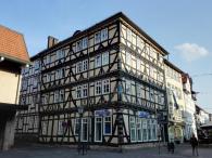 Prächtiges Fachwerkhaus am Anfang der Haupteinkaufsstraße gegenüber der Burg