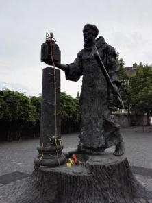 Luther-Figur gegenüber dem Dom