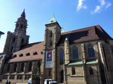 Die Kilianskirche gegenüber dem Rathaus