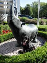 Außerhalb der Parks: Skulptur an einer Seniorenresidenz. Doxi hängt das Postieren offensichtlich zum Halse raus :-)