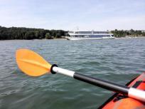 Endlich mal ein paar anständige Wellen: Das einzige Passagierschiff auf dem See kommt vorbei