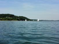 Auch einige Segelboote sind auf dem See unterwegs. Der Wind ist heute allerdings flau.