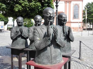 Skulptur links neben der Kirche
