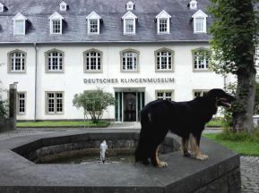 Doxi vor dem Deutschen Klingenmuseum