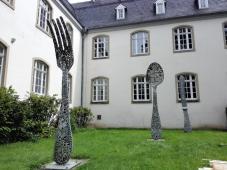 Skulpturen auf der Rückseite des Museums
