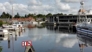 Am Hafen von Aurich. Im Hintergrund: Die Alte Mühle