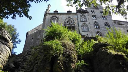 Die Burg steht auf dem Bentheimer Höhenrücken, dem letzten Ausläufer des Teutoburger Waldes