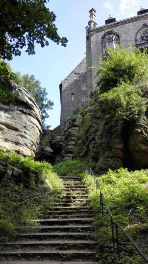 Aufstieg zur Burg zwischen Sandsteinfelsen