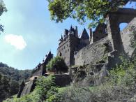 Beim Abstieg von der Burg hinunter zum Eltzbach