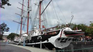 Restauriertes Segelschiff im Hafen von Emden