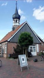 Früheres Rathaus mit Zwiebelturm, heute Künstlerhaus Hooksiel