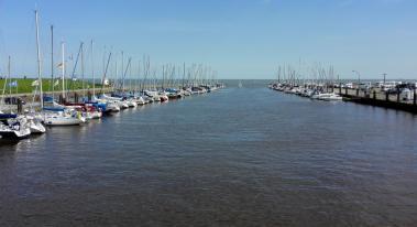 Am Yachthafen mündet das Tief ins Watt