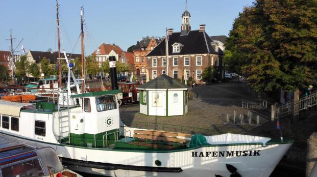 """Der Hafen am Rande der Altstadt von Leer. Im Hintergrund: Die """"Alte Waage"""", heute ein Restaurant."""