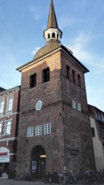 """Ehemaliger Glockenturm """"Lappan"""" von 1467 am Beginn der """"Langen Straße"""". Eines der Wahrzeichen von Oldenburg."""