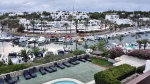 """Blick über den Pool zur Hafenmeile von Cala d""""Or"""