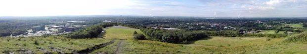 Panoramablick von der Spitze der Halde Richtung Oberhausen und Essen