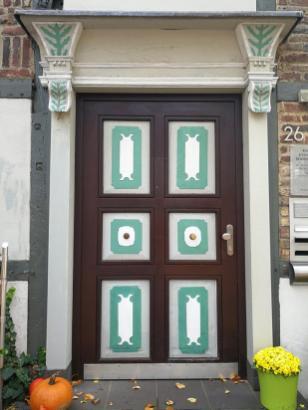 Schönes Hausportal gegenüber der Kirche