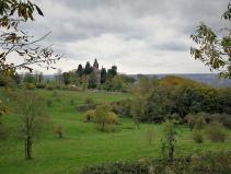 Blick vom Burghof hinüber zum Schloss Drachenburg ...
