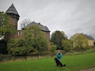 Jutta mit Doxi im Park außerhalb der Burg