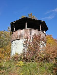 Schutzhütte auf dem Gipfel des Mosebergs