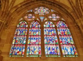 Zahleiche bunte Bleiglasfenster erleuchten den Innenraum