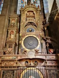 Die berühmte astronomische Uhr im Kirchenraum