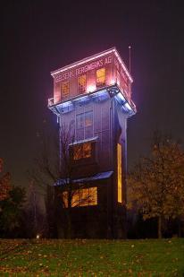 Der Förderturm bei Nacht (Foto: Stefan Fendt   http://commons.wikimedia.org   Lizenz: CC BY-SA 3.0 DE)