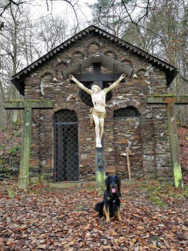 """Wir starten im Ortsteil Sehl und steigen zunächst zur Kapelle """"Zu den drei Kreuzen"""" auf"""