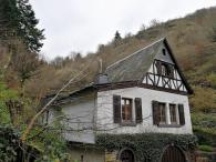 ... und kommen am Winzerhaus mitten im Wald vorbei