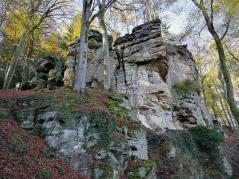 Massive Felswände am Rand des Ferschweiler Plateaus