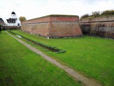 Der Graben vor den mächtigen Festungswällen