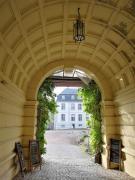 Blick auf das Schloss durch die Toreinfahrt