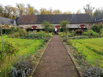 Die Vorburg mit Kräutergarten