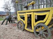 Postkutsche auf dem Kinderspielplatz am Rande des Aaper Waldes. Doxi will auch mitfahren.