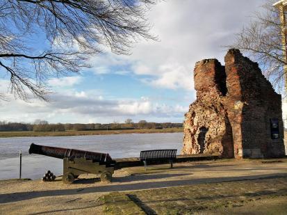 Reste der alten Stadtmauer von Arcen mit Wehrturm
