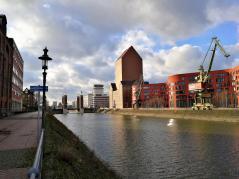 Blick über den Innenhafen zum Landesarchiv NRW